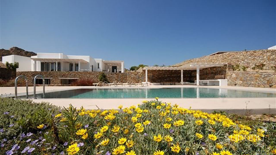 Grounds and swimming pool of spacious corner villa in Mykonos