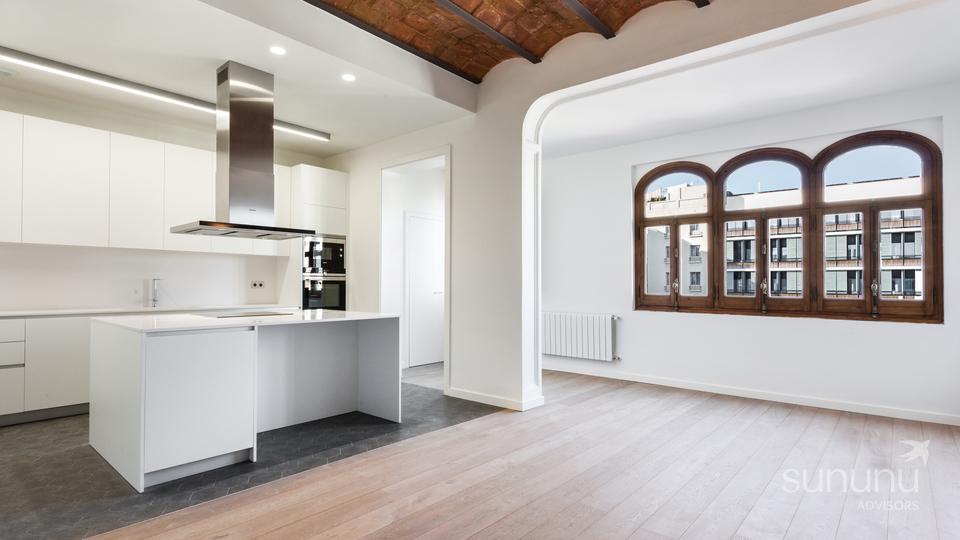 Spacious & beautiful Eixample apartment with Gaudi views