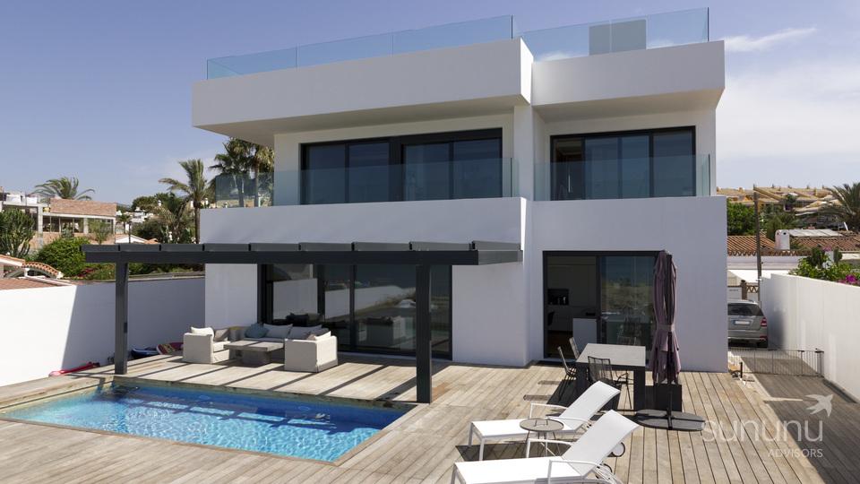 Stunning contemporary beach front villa in Marbella