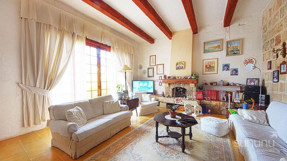 Stately living area of house in Naxxar